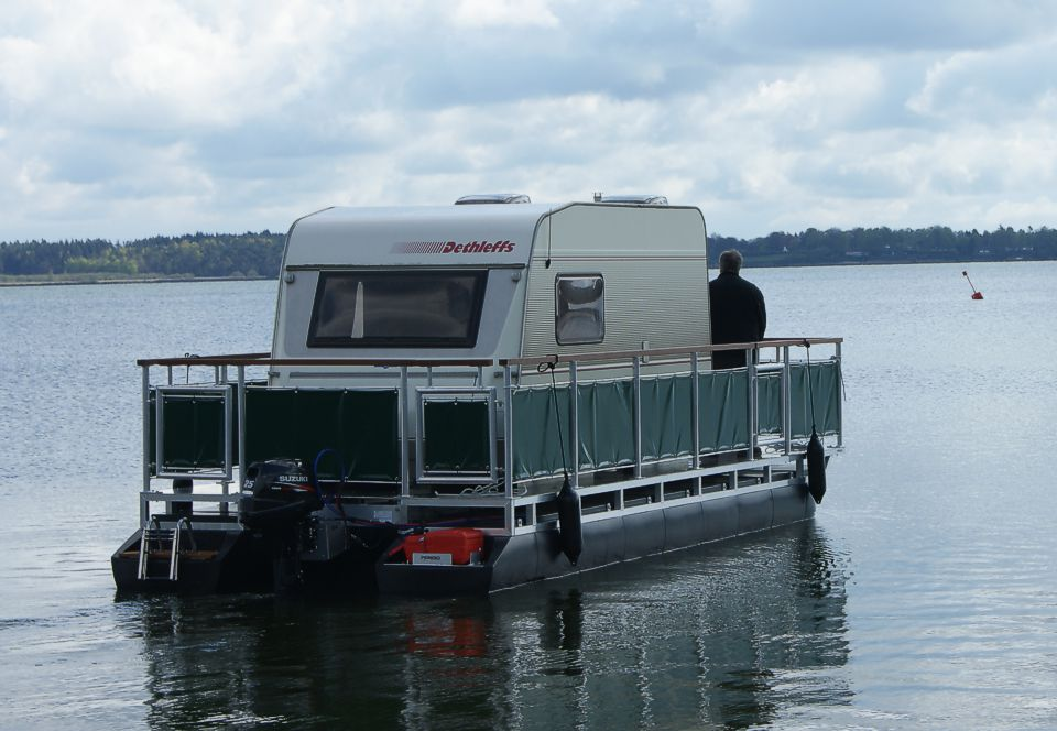 Houseboats & Floating Homes - living on water