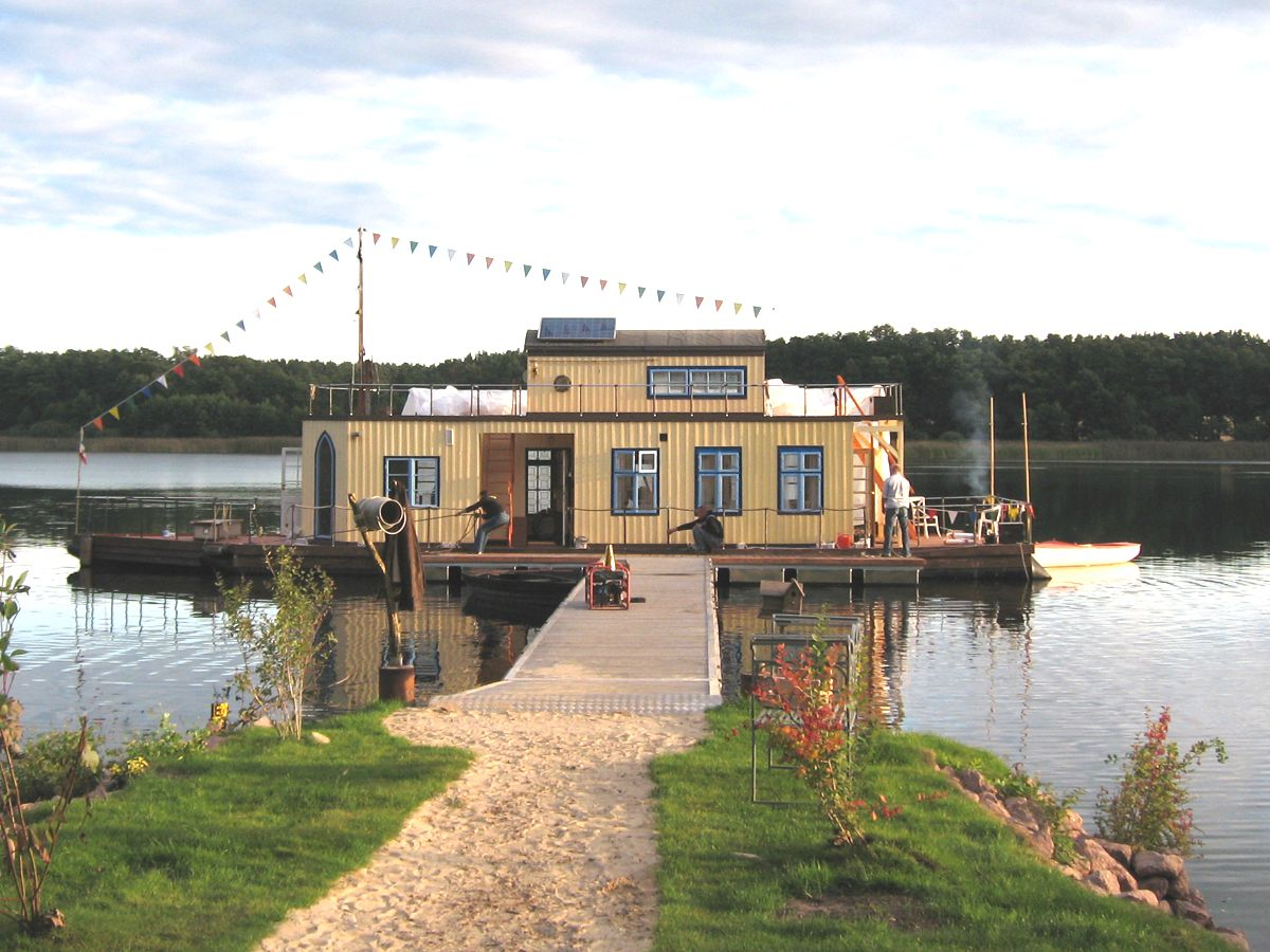 a houseboat to fall in love