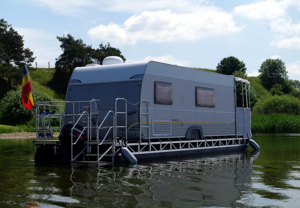 Houseboats & Floating Homes - living on water on mobile river, mobile swimming pool, mobile shipyard, mobile hot tub, mobile restrooms, mobile storage shed, mobile island, mobile bridge, mobile floating deck,