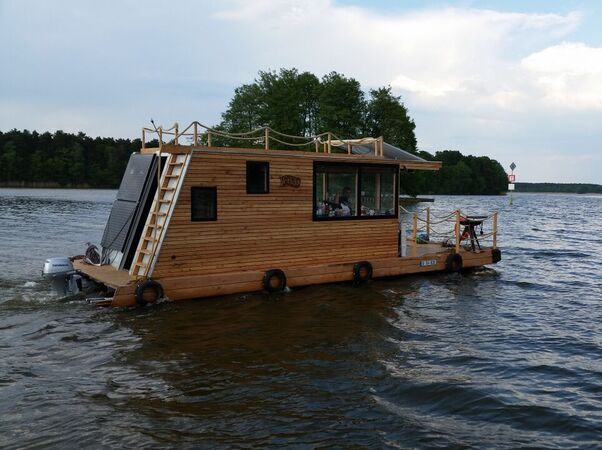 Floating house boat 28 images floating pods material for Minimalist house boat