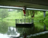 bridge inspection by means of a work pontoon